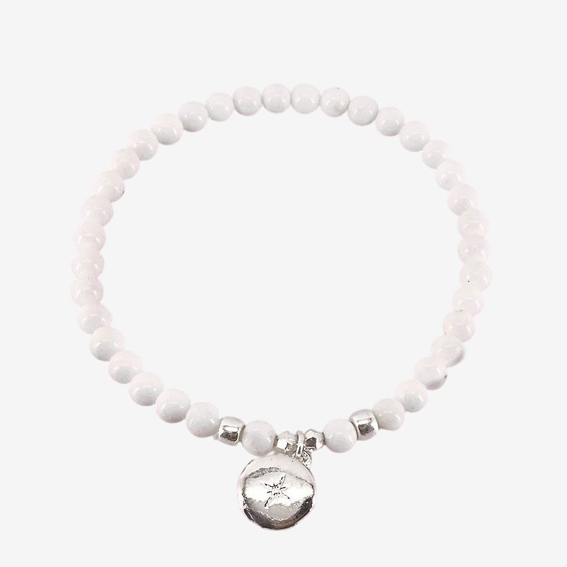 Stretch bracelet with a mother of pearl this fashion jewellery is plated with fin gold 24 cts