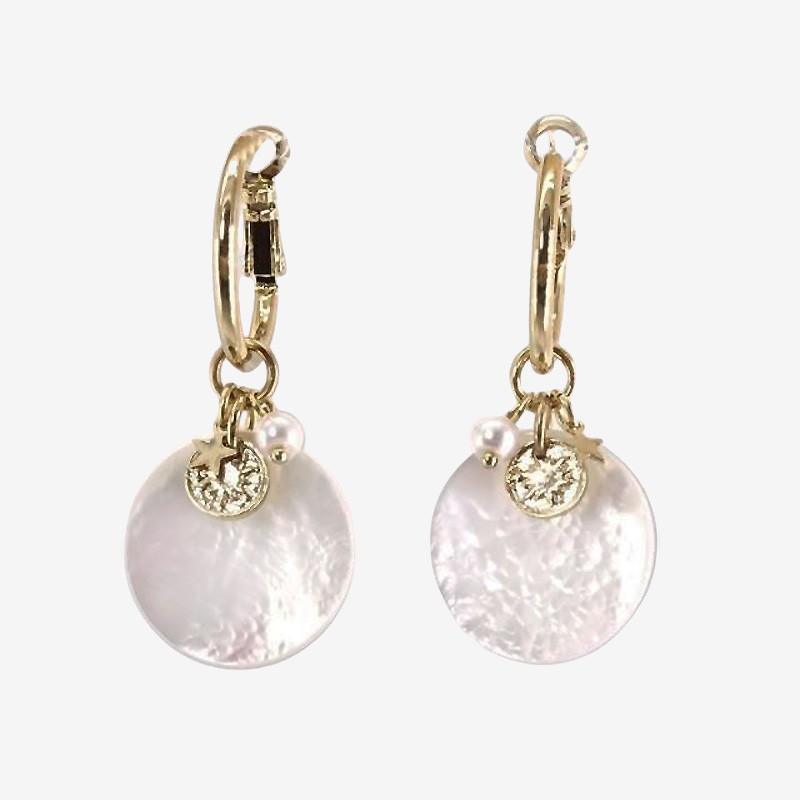 Boucle d'oreille créole en métal doré avec son pendant en nacre naturelle par Chorange créateur de bijoux