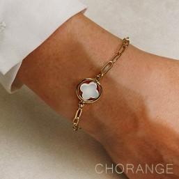 bracelet fantaisie avec son motif en forme de trefle ,nacre blanche et métal. créé par CHORANGE