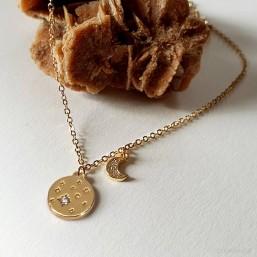 collier fantaisie plaque or  avec une lune dorée bijoux de createur Cannes